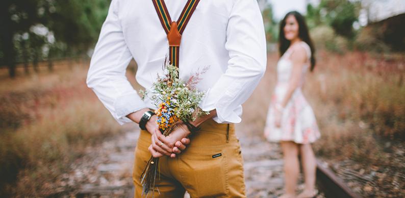 homme offrant un bouquet de fleur pour la saint valentin