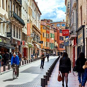 Rue commerçante d'un centre-ville animé