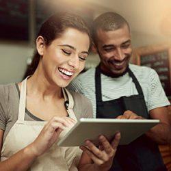Commerçant qui anime sa base client avec une tablette