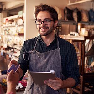 Commerçant utilisant sa tablette pour fidéliser et animer ses clients