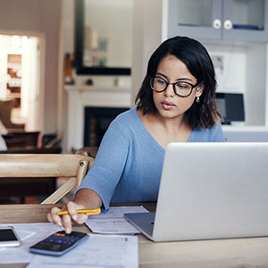 Accountant managing the cash flow of the commercial union through the pivot account