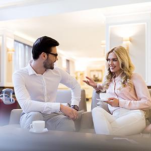 Des clients fidèles d'un hôtel discutent dans le hall