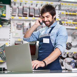 Le commerçant consulte les rendez-vous pris sur son planning en ligne