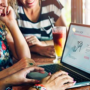 Le commerçant développe sa visibilité en ligne avec des modules web to store : avis client, clic and collect, store locator...