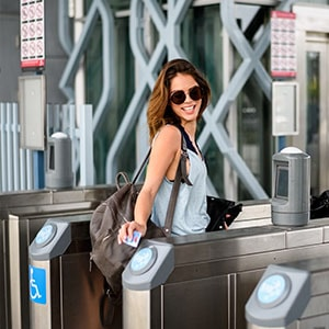 Touriste utilisant son pass tourisme comme carte de transport