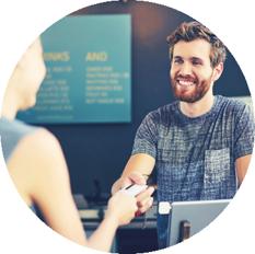 Un client présente sa carte de fidélité en caisse