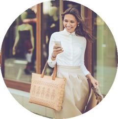 Une cliente fait du shopping et consulte son téléphone portable