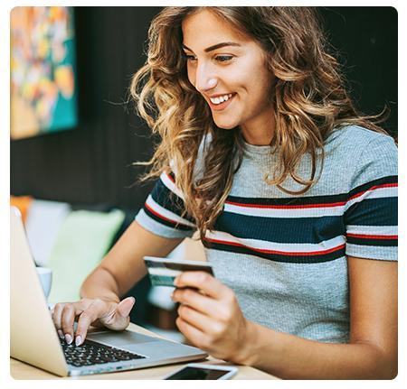 jeune femme déposant un avis en ligne sur son ordinateur