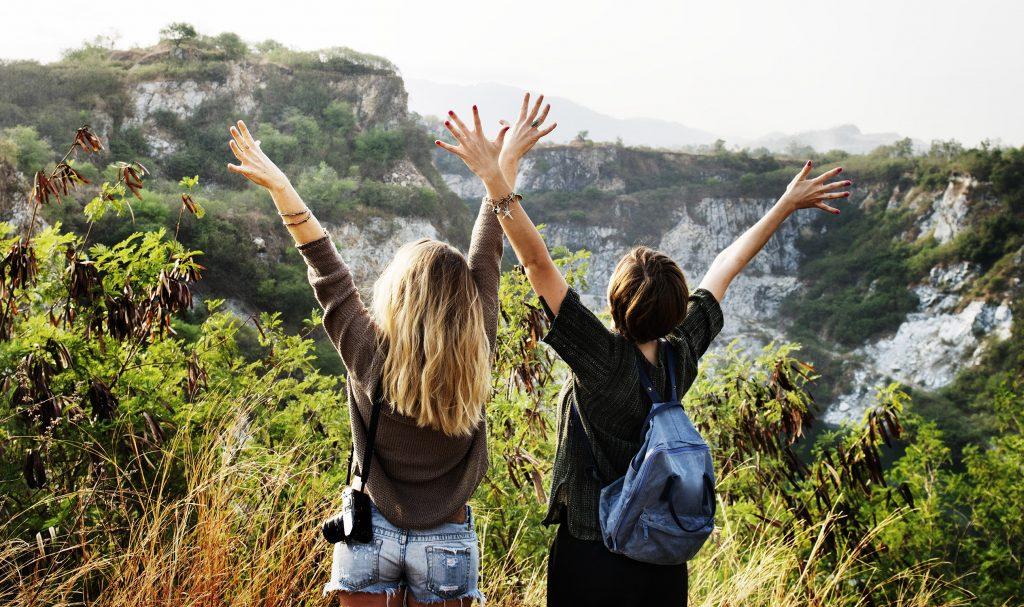 Jeunes femmes en randonnée