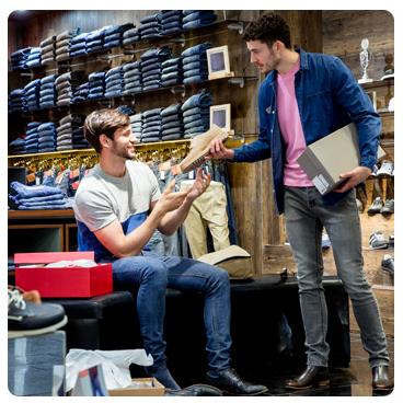 client et vendeur dans un magasin de chaussures
