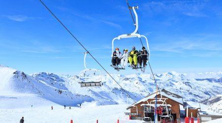Des skieurs sur un télésiège