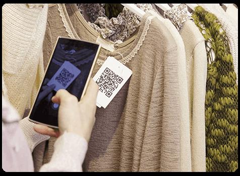 Cliente scanne un QR code dans le commerce