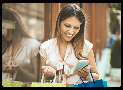 Une consommatrice consulte son smartphone